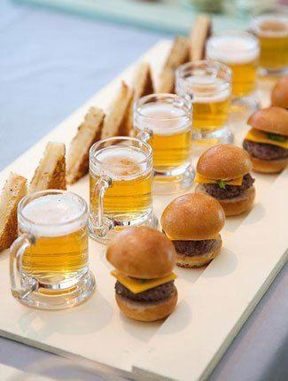 mini-hamburguesas-con-mini-cervezas-y-tostaditos-de-queso.jpg